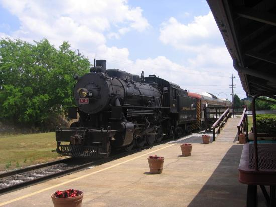 Tennessee Valley Railroad (TVR): Steam train loading at the station