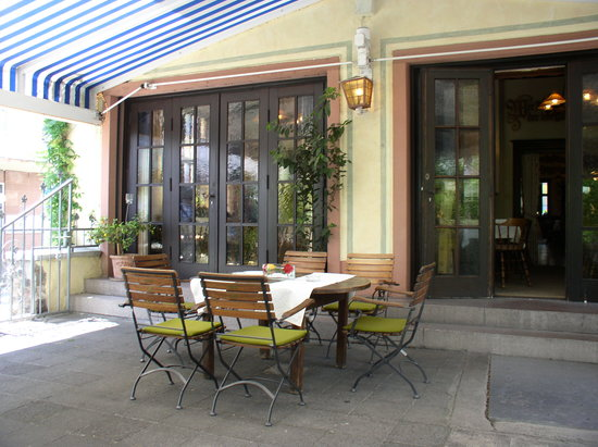 Rüdesheimer Hof: outside dining terrace