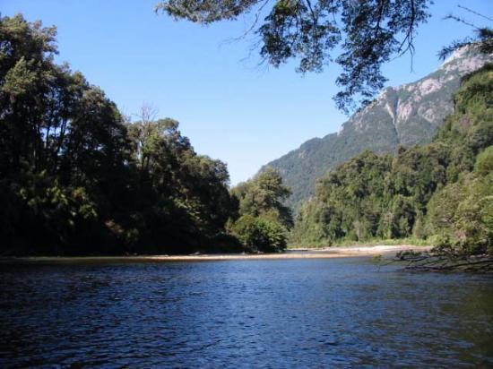 rio negro ubicado en Vean que belleza de lugares.