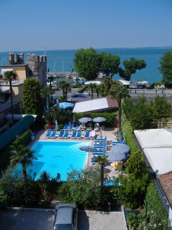 Hotel Catullo: Pool area from lake view balcony