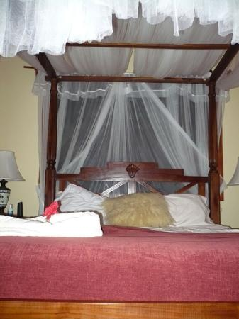The Lily Pond House Hotel: Bed in Honeymoon Suite