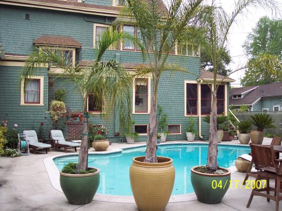 The Bissell House Bed & Breakfast : Swiming pool area.