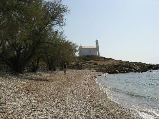 Maritsa's Bay Hotel: Walking along the shore