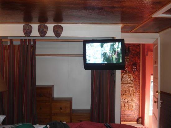 Chalet Kilauea: Out of Africa bed and closet