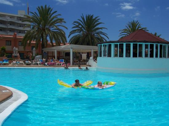 Jardin del Sol Apartments : lounging in the pool on our lilos