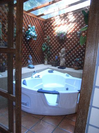 Royal Phawadee Village: jacuzzi room
