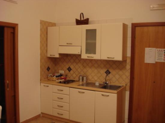 Casa Sorrentina: Kitchen/Cooking area (fridge below counter)