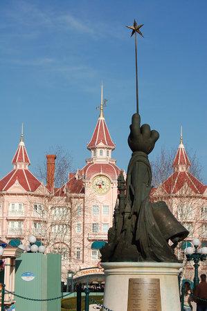 Marne-la-Vallee, France: Fantasia Statue
