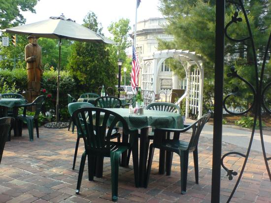 Manheim Manor Victorian Bed and Breakfast: View from General Sutters patio (excellent restaurant in Lititz)