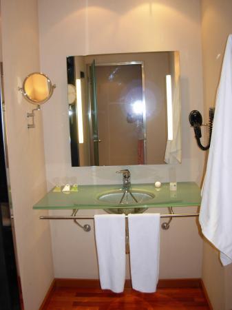 Eurostars Lisboa Parque: Bathroom