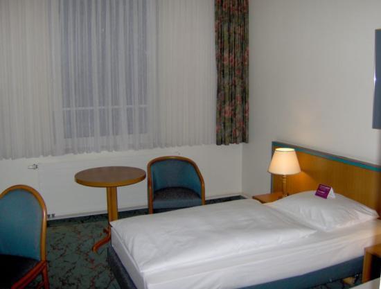 Mercure Hotel Leipzig Am Johannisplatz: Zimmer - Blick zum Fenster