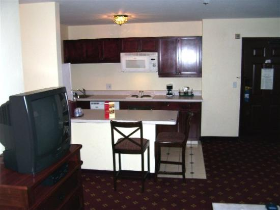 Hampton Inn and Suites Tucson-Mall: living room/kitchenette