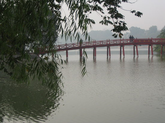 Hanoi, Wietnam: The Huc bridge and Hoan Kiem lake