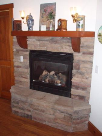 Baywood Park, Καλιφόρνια: Fireplace in La Provence room