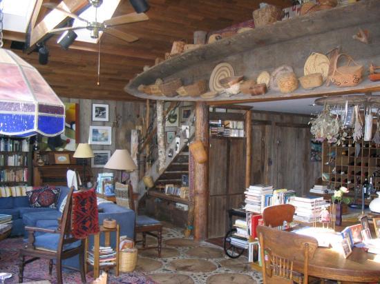 Longhouse B&B: Canoe in living room