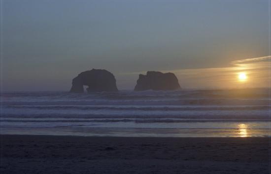 Ocean Rogue Inn: Twin Rocks at Sunset