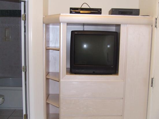 Harbour Beach Resort: Television/entertainment center in living room