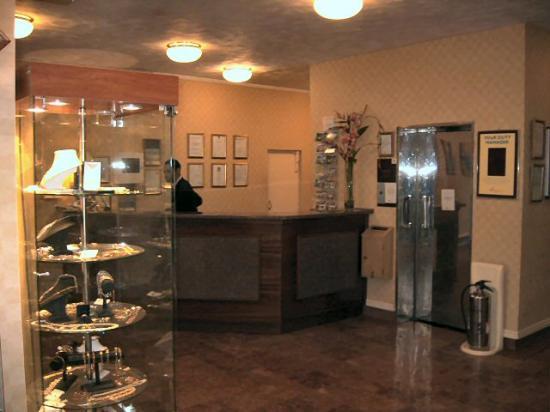 Bay Majestic Bournemouth Hotel: Reception and lift