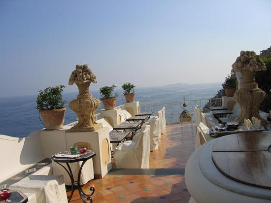 Le Sirenuse Hotel: ONE of the restraunts views