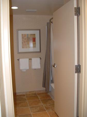 Courtyard Hadley Amherst: bathroom