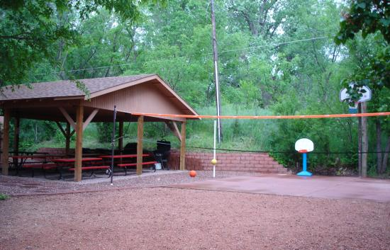 Town-N-Country Cottages: grill/picnic area and basketball goal behind our room