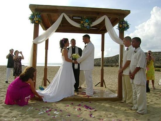 Parador Villas del Mar Hau: Wedding at the gazebo