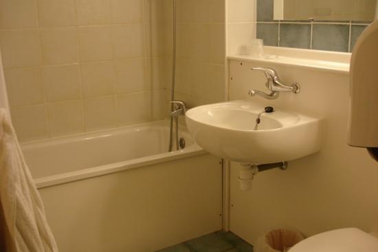 Campanile Alençon : Bathroom