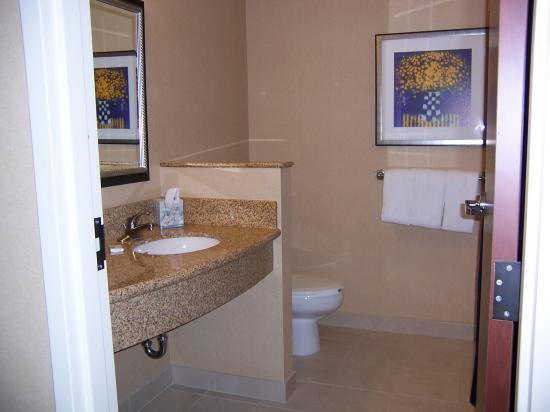Courtyard Harrisburg West/Mechanicsburg: bathroom vanity