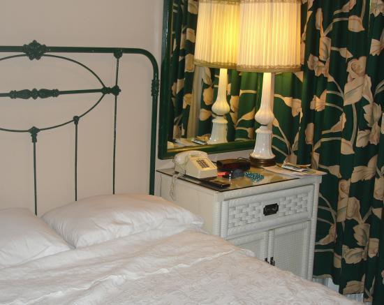 New Orleans Guest House: Bed and dressing table