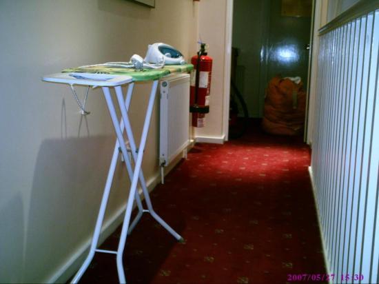City View Hotel London : Zimmerausstattung:Bügeleisen auf jedem Flur/Fluchtweg