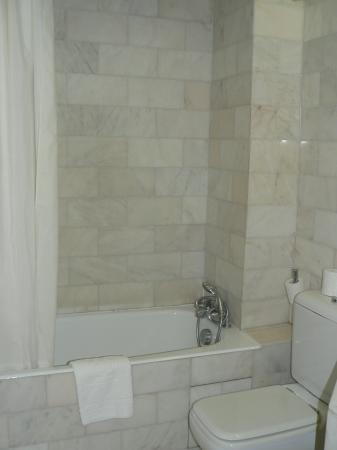 Hotel du Danube St. Germain : Our bath