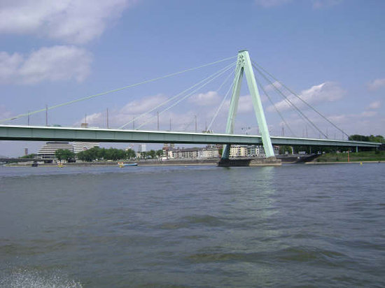 Cologne, Allemagne : Cruising the river