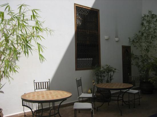 Riad l'Orangeraie: By the pool
