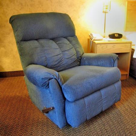 Hampton Inn Syracuse North (Airport Area): Room 109 Comfortable  Recliner Chair