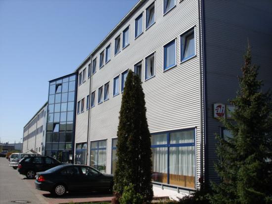 Astral Hotel: Aussenansicht Hotel (Parkplatz & Eingang)