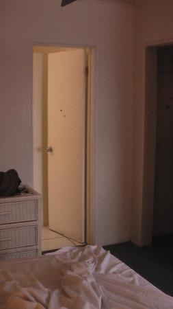 King Christian Hotel: Dirty door into the bathroom