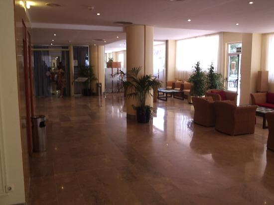 4R Salou Park Resort II: Lobby and restaurant area