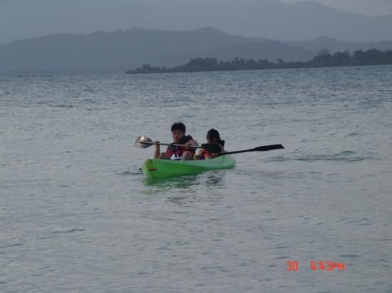 Dos Palmas Island Resort & Spa: Kayaking on the beautiful blue waters