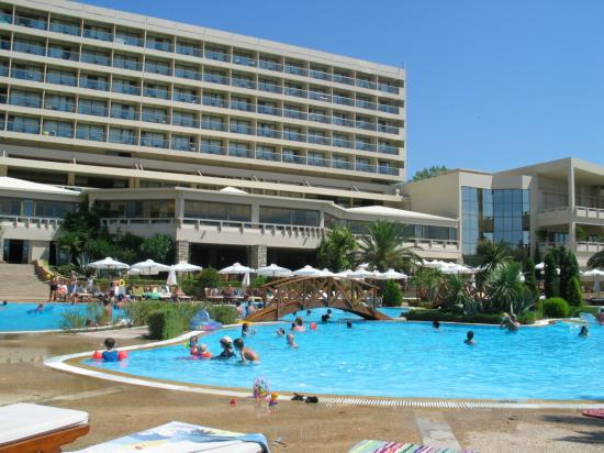 Sani Beach : Pool area looking back to Hotel
