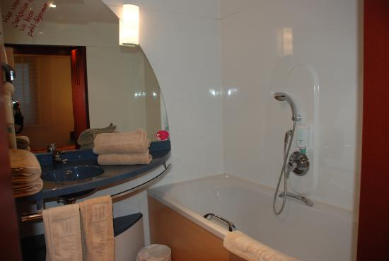 Novotel Suites Paris Roissy CDG : There are indeed both shower and bath in the bathroom but this pic didn't capture both