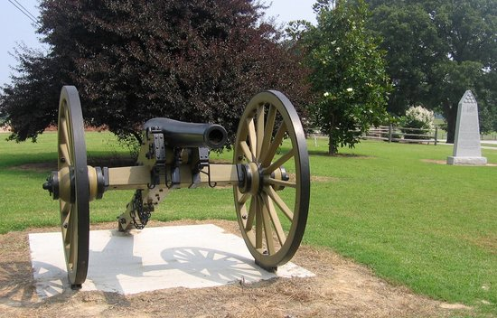 Parkers Crossroads, TN: Monument and cannon and park's first stop