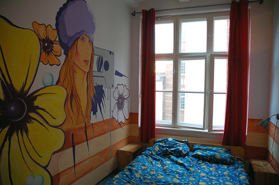 Globetrotter Hostel Odyssee: Our funky, clean, bright, HUGE room!
