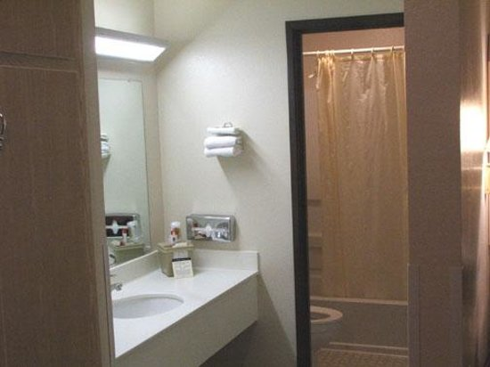 Super 8 by Wyndham Moab: Very nice and large bathroom
