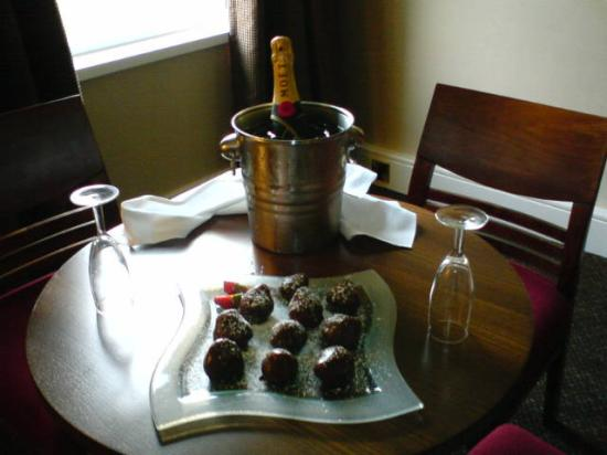 Brockworth, UK : The chocolate dipped strawberries and Moet & Chandon that awaited us on arrival