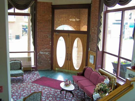 The Victor Hotel: THE ENTRANCE