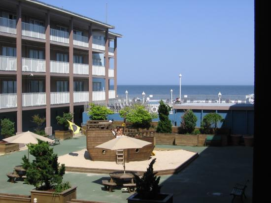 Flagship Hotel Oceanfront: View of courtyard area from balcony