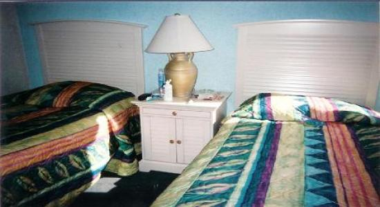 Schooner II Beach/Racquet Club: This is a bedroom that has two beds and a TV.