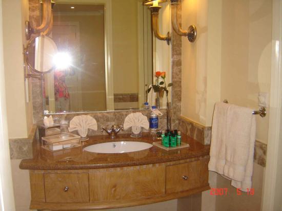 Le Royal Meridien Beach Resort & Spa: Tower Bathroom