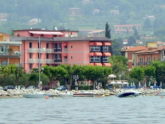 Hotel Kriss Internazionale: Hotel Kris as seen from Lake Ferry