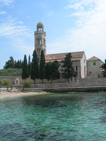 Hvar, Kroatien: Church on the other side of the bay